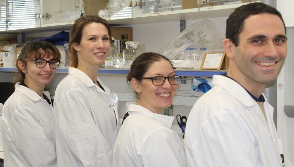 """ד""""ר אורי בן דוד וצוות המעבדה"""