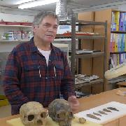 פרופ' ישראל הרשקוביץ בסרטון המדגים את תגלית מערת מיסליה בכרמל