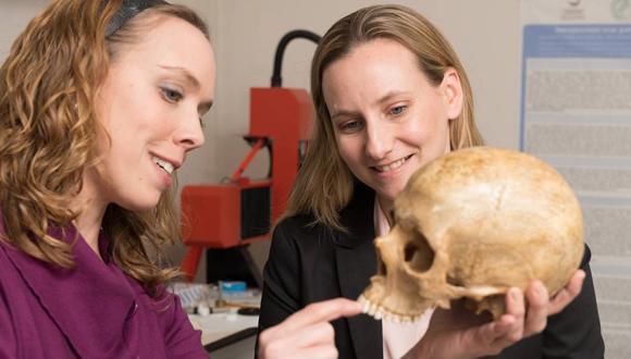 """ד""""ר רחל שריג וצוות חוקרים מצאו שיניים של אדם מודרני ואדם ניאנדרטלי מלפני כ-40,000 שנה"""